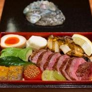"""神戸発祥の""""鉄板で焼くステーキ""""を厳選したA5ランク厚切り黒毛和牛ステーキと土鍋ご飯を使った冷めても美味しいウニご飯。どちらも通常コースの2倍の量です。 1回のご注文で2個以上のご注文をお願いしております。"""
