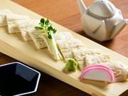 お酒にマッチするおつまみや一品料理が揃うのも同店の魅力のひとつ。特に、人気の『ゆば刺』は、豆腐懐石出身である料理人のこだわりの一品。彩りに添えた板わさとともに、上質な味わいを堪能できます。