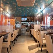 ランチでもディナーでも、男女問わず一人で食事をしている方も多い【インドマイカレーハウス 荒本店】。本場ならではのスパイスを効かせたカレーやナンを目当てに訪れています。