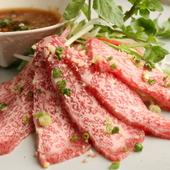 熱い焼肉の合間にさっぱりと冷えた牛刺しはかなりオススメです