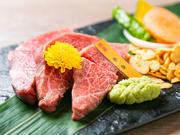 焼肉とは違う贅沢な肉の味を噛みしめられるのが、ステーキの醍醐味。肉のおいしさをすっきりと味わうことができるわさび醤油でいただくのがオススメです。