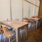 ウッディな雰囲気のテーブルがなじむ居心地の良いカフェ