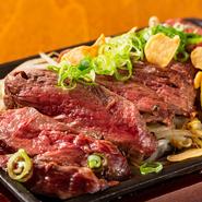 厚みのある鉄板で一気に焼き、肉汁と旨みをしっかりと閉じ込めた『牛の鉄板焼』。一番人気のハラミは、わさび醤油をちょっとつける事で、肉そのものの味わいが堪能できます。