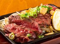 肉厚でボリューミーなハラミを高温で一気に焼き、旨みを閉じ込めた『牛ハラミ鉄板焼き』