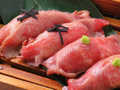 トリュフの香りとともにいただく『イベリコ豚炙り寿司盛り合わせ』