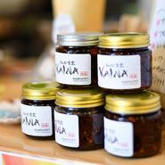 人気の『葉山チキン』や『具だくさん味噌汁』など、すべてのメニューがテイクアウト可能。ひじき・煮干し・玉ねぎ・ニンニクなどがたっぷり入った店オリジナルの『ラー油』は、リピーター続出の人気アイテムです。