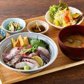 目の前の海で獲れた鮮魚を盛り合わせた『海鮮丼定食』