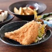 お刺身でもいただける新鮮な海の幸を阪田さんオリジナルの衣で揚げる『地魚フライ』は、これまでにないサクッとした食感が自慢。旬の食材を使った愛情たっぷりの『お惣菜』と一緒にどうぞ。