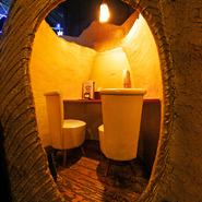 洞窟をイメージした全席個室の店内には、すべてつくりの違う13室が用意されています。デートから宴会まで用途に応じて最大12人まで入室可能です。
