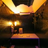 洞窟の中をイメージしたカップルシートや、ブラックライトを使用したカップルシートなど、さまざまな種類のカップルシートがあり、デートにおすすめです。
