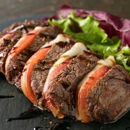 モッツァレラチーズとトマトの組合せが最高のやわかな牛フィレ肉。レアからミディアムで焼き上げて提供しています。