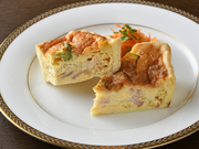 生クリームとチーズをふんだんに使ったフランスの家庭料理。横浜野菜の玉ねぎを中心にほうれん草、カボチャなど季節の野菜が3種類入っており、優しい味わいです。付け合わせのキャロットラペがおいしいと評判。