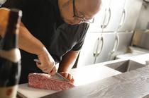 お肉のプロフェッショナルとして、日々食材に向き合う