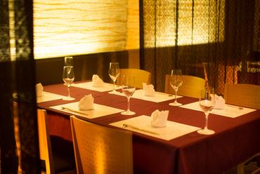 お客様の接触を避けにランチは7組、ディナーは4組限定での営業