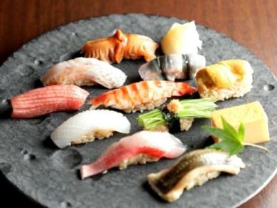 市場から直送される鮮度の良い魚介類。丁寧な仕事で旨さが最大限引き出されたランチタイム『おまかせ握り』