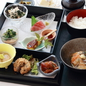夜は柳橋市場で仕入れる新鮮な魚料理と季節の旬の素材味わう