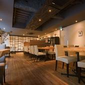 薪火グリルの調理風景を眺めることができる、隠れ家的な店舗2階