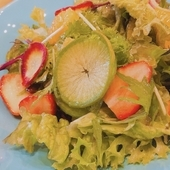 旬のフルーツと八王子野菜の入ったこだわりサラダ
