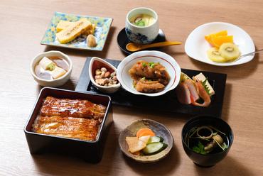 自慢の鰻はもちろん、旬の食材を使った料理やデザートなど、あれもこれも楽しめる『東條御膳 うな重 上』
