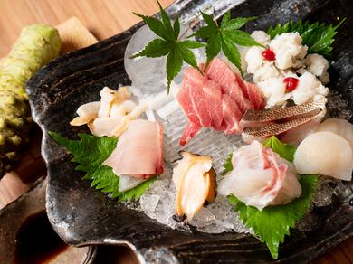 水産会社直営店ならではの魚を堪能『天然魚のお造り盛合わせ』