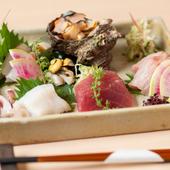 独自のルートで仕入れる旬な鮮魚。季節を五感で楽しめる『刺身盛り合わせ五点』