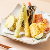 サクッと軽やかな歯ざわり。旬の食材をアツアツで味わう『天ぷら盛り合わせ』