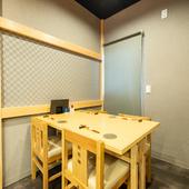 2人用のテーブル席は2席あり、4人用として利用可能