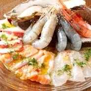 本日の鮮魚、サーモンマリネ、蛸、海老、生牡蠣  ハーフ:580円 フル:980円  フルにすると生牡蠣が2個になり、その他の魚介の量が増えます