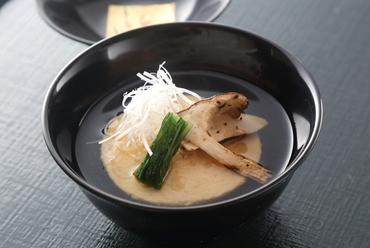 月を模した蒸し豆腐が風味豊かな『鱧の満月豆腐』