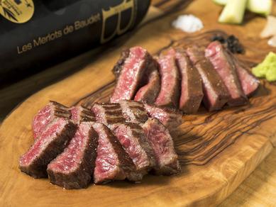 2種類の肉を、一度に食べ比べる楽しみ『熟成肉と赤身肉の盛り合わせ』