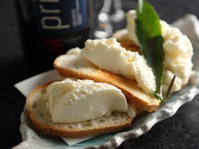 自家製レアチーズのカナッペ