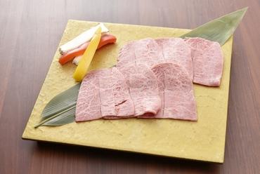 出合えたら即オーダーすべき希少部位。ミディアムレアで味わいたい『厚切り牛タン』