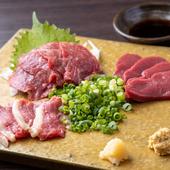 新鮮な生の馬肉の食感、旨みを堪能できる『馬刺し3点盛り』