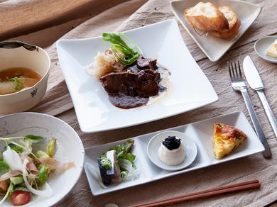 京都先斗町で東谷を望むロケーションでゆっくりランチをお楽しみ下さい。