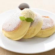 マヌカハニーと発酵バターを使用したホイップバターが濃厚なパンケーキの風味をさらに引きたてる自慢の一品です。 ほろ苦いカラメルソースとバターをたっぷり絡めてお召し上がりください。