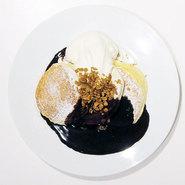 ふわふわ食感のパンケーキにホットチョコレートをとろーり。 生地の卵の香りと風味を邪魔しないほどよい甘さがうれしいメニューです。 チョコレートと相性抜群の手作りグラノーラの食感がアクセントになる一品です。