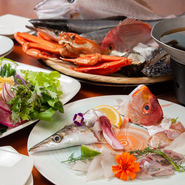 舞鶴湾近海で取れた魚貝類をしゃぶしゃぶでお召し上がりください。スープは舞鶴名産天然野原乾わかめと魚貝類のアラを使いシンプルに仕上げました。季節の野菜と魚貝類のエキスの最高のテイストをお楽しみください
