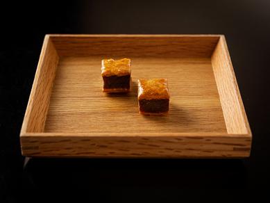 「じっくり炒めた玉ねぎのミニパイ」(コースの1品より)