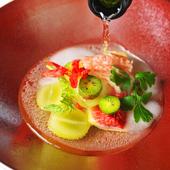 スパークリングワインを注いで味わう、季節のフルーツを使った大人の前菜