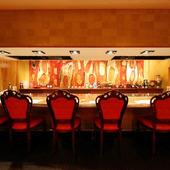 人気のカウンター席は料理を五感で楽しめます