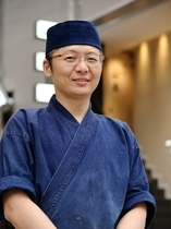 安東 仁弘 氏
