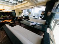横浜の街並みを見下ろす、特別なソファー席