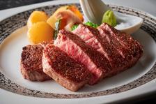 自慢の肉・魚・野菜と様々な食材をシェフが渾身の調理でお届けします。至極のディナーをお楽しみください。