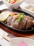 近江牛のAー5ランキングの中でもより選ったロース肉の倍の量を提供させて頂きます(写真は1人前です)。