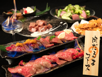 「熱熱鉄板サイコロステーキ」と「焔立つ肉寿司」がメインのコースです。+980円で2時間飲み放題