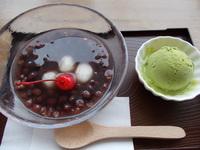 冷たい白玉おぜんざいに抹茶アイスクリームが良く合います